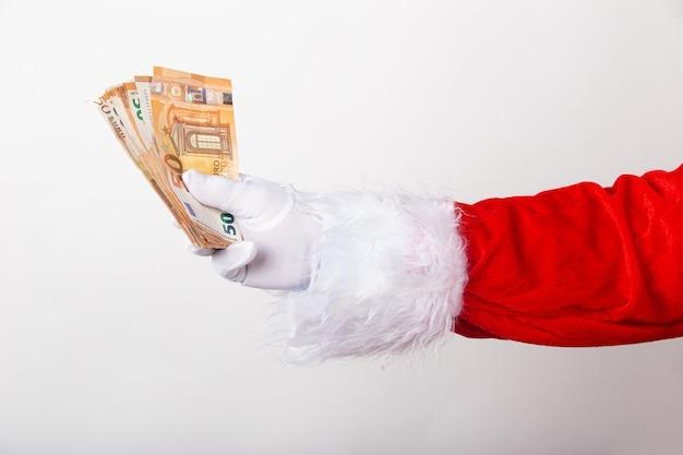 Babbo natale tiene soldi su sfondo bianco