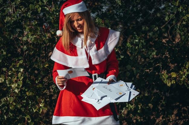 Babbo natale gestisce le cartoline che babbo natale riceve durante il periodo natalizio