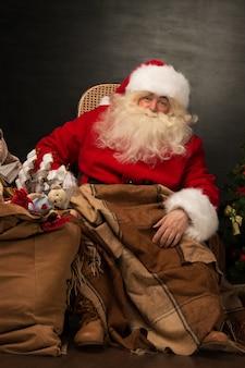 Babbo natale con una borsa enorme piena di regali di natale
