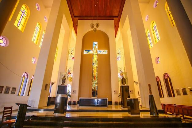 Santa cruz, brasile - 12 marzo 2021: immagine all'interno della chiesa parrocchiale di santa rita de cassia