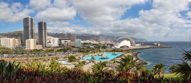 Vista del paesaggio urbano di santa cruz con parco, oceano e montagne sullo sfondo dell'alba, isole canarie, spagna