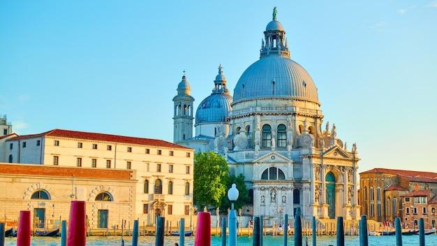 Chiesa di santa maria della salute sul canal grande a venezia in prima serata