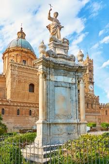 Monumento di santa rosalia davanti alla cattedrale di palermo a palermo, sicilia, italy