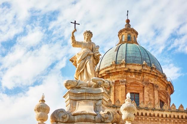 Statua di santa rosalia davanti alla cattedrale di palermo, sicilia, italy