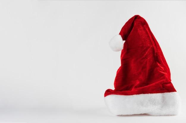 Cappello di babbo natale isolato su sfondo bianco. ornamento di natale. messa a fuoco selettiva.