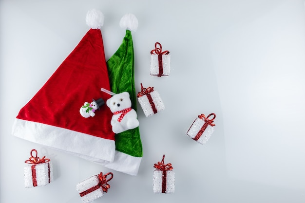 Cappello verde e rosso di babbo natale e regali di natale