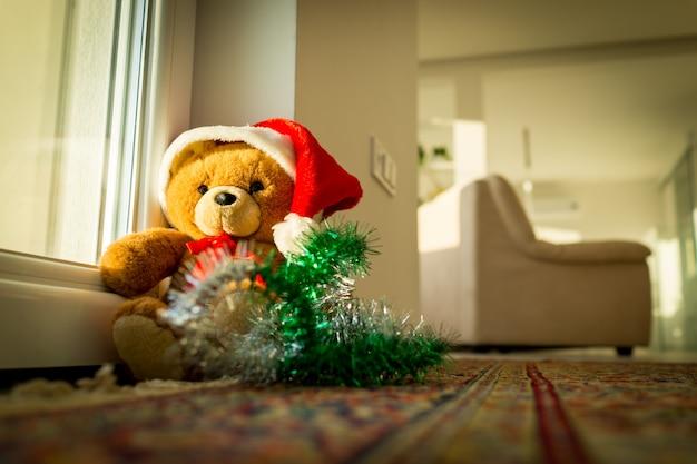 Santa teddy bear a casa che aspetta natale
