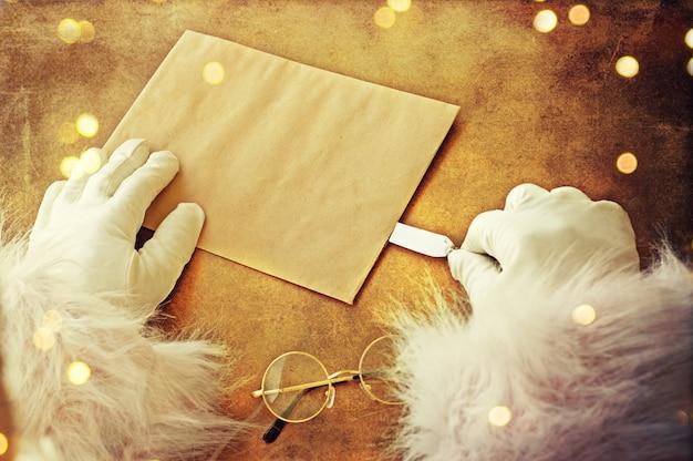 Babbo natale con lettera di natale o lista dei desideri