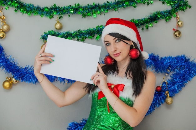 Aiutante sexy di babbo natale bruna appassionata in un costume da elfo