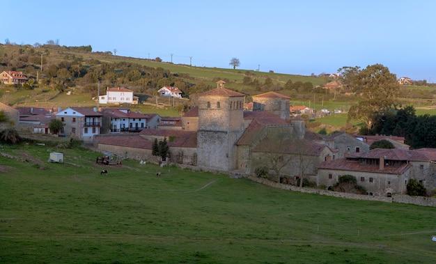 Città medievale di santillana del mar in cantabria, spagna che si affaccia sulla chiesa collegiata di santa julia
