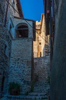 Dettagli del borgo medievale di santo stefano di sessanio, edifici storici in pietra, antico vicolo, architettura in pietra della città vecchia. abruzzo, italia.