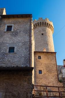 Dettagli del borgo medievale di santo stefano di sessanio, edifici storici in pietra, antica torre, architettura in pietra della città vecchia. abruzzo, italia.