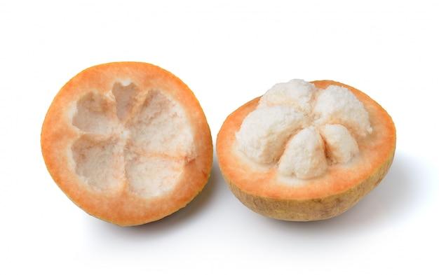 Frutta di santol isolata su spazio bianco
