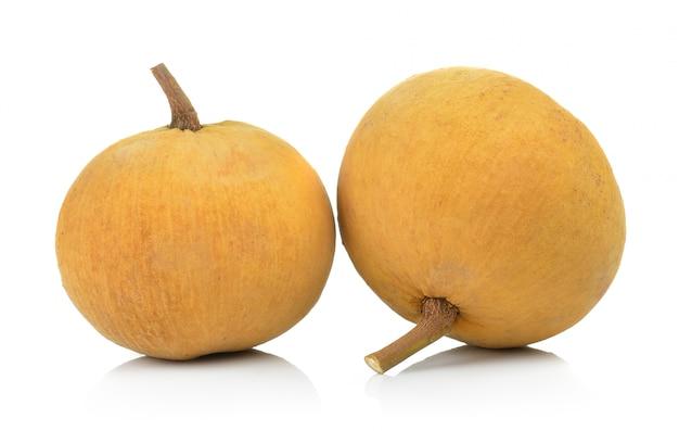 Frutta santol sul muro bianco