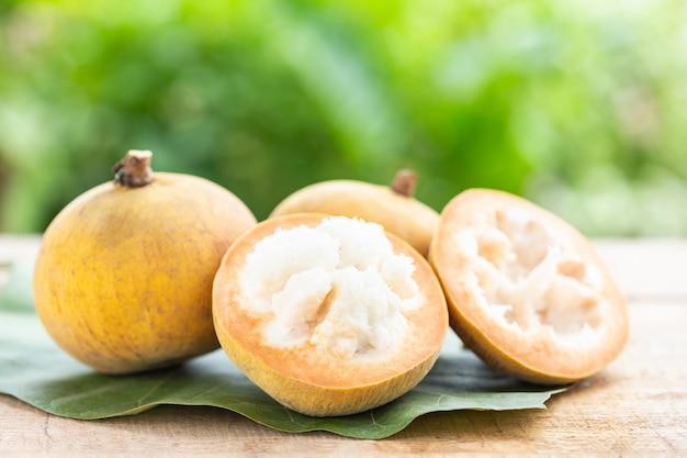 Frutta tropicale santol sulla tavola di legno