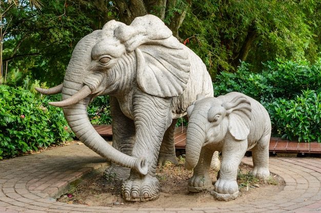 Sanya, hainan, cina - 20 febbraio 2020: statue di pietra di elefanti sul territorio del centro buddista nanshan.
