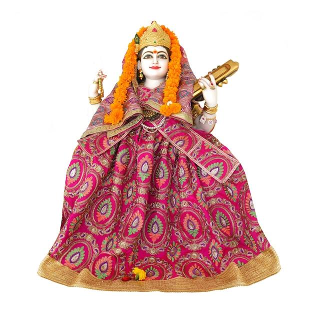 Statua della dea saraswati su sfondo bianco saraswati è la dea indù della conoscenza