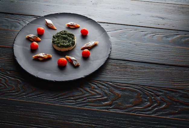 Sardina con pannacotta codium e pomodoro