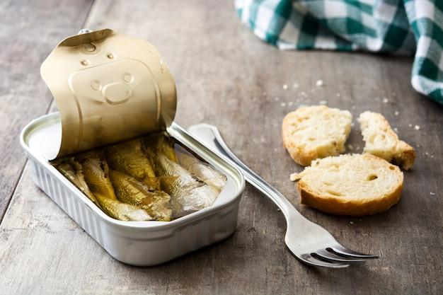 Le sardine possono conservare sul tavolo di legno.