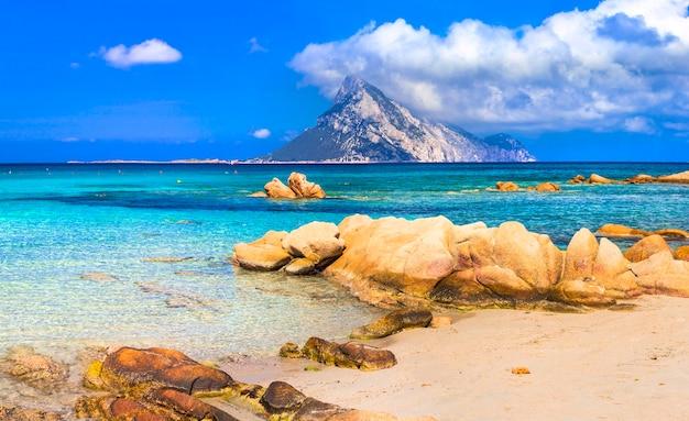 Vacanze in sardegna, mare azzurro, isola di tavolara, italia