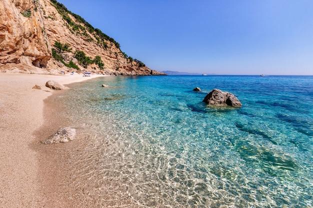 Sardegna vacanze estive cala biriola spiaggia mare con acque azzurre e cristalline italia le migliori spiagge della sardegna