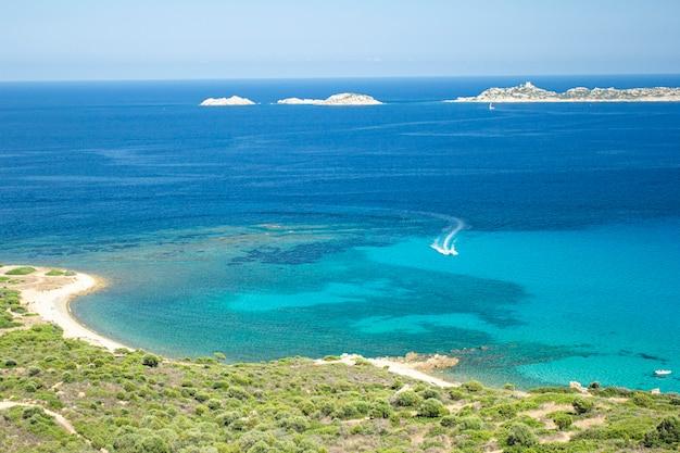 Paesaggio naturale sardo e costa nella costa meridionale, italia