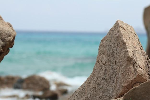 Paesaggio sardo roccioso e naturale della spiaggia durante una giornata estiva