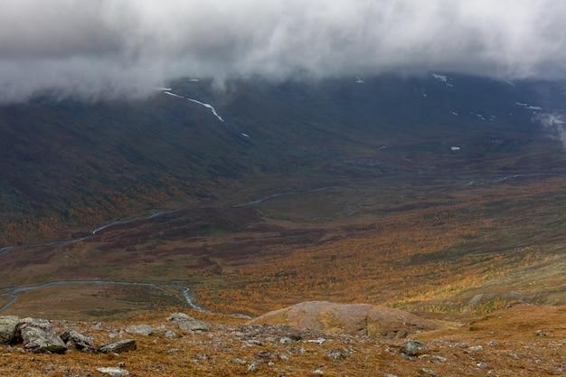 Parco nazionale di sarek nella vista dalla lapponia dalla montagna, autunno, svezia, fuoco selettivo