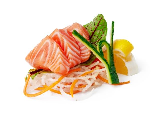 Piatto di sushi di sashimi isolato su priorità bassa bianca