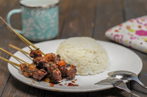 Sate kambing satai capra è un alimento a base di carne di capra giovane che viene pugnalata con un bastone e bur