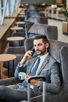 Uomo d'affari soddisfatto che parla al telefono