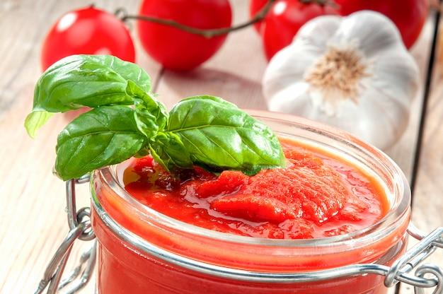 Salsa di pomodoro, basilico e aglio, elemento per la dieta mediterranea