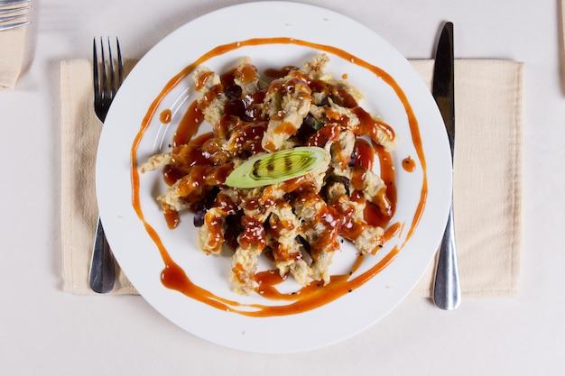 Piatto di tempura impertinente visto dall'alto al ristorante place setting