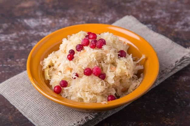 Crauti con mirtilli rossi e cipolla. crauti succosi con frutti di bosco