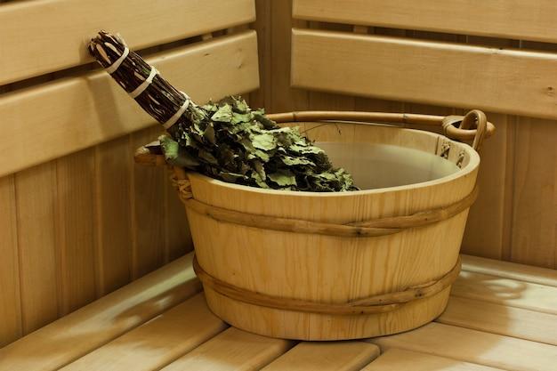 Bagno sauna e accessori sauna, secchio e scopa