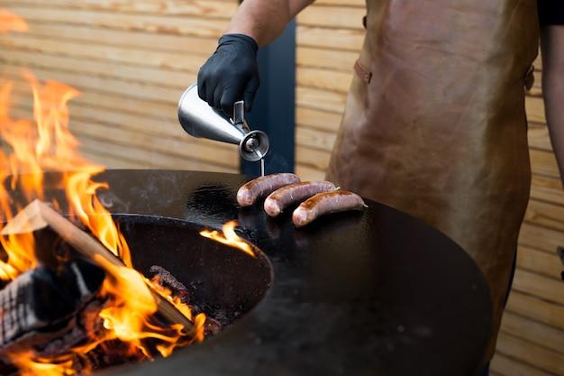 Salsiccia sul barbecue affumicatore grill. salsiccia calda e affumicata. festival del cibo