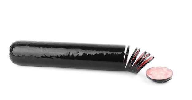 Salsiccia in un involucro nero su sfondo bianco