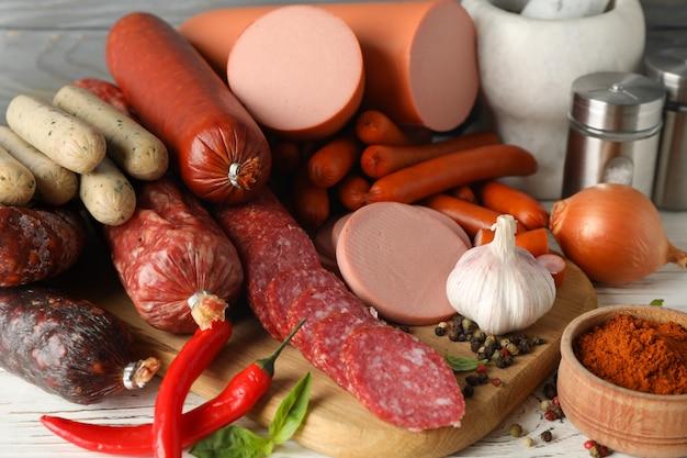 Salsiccia e spezie su legno