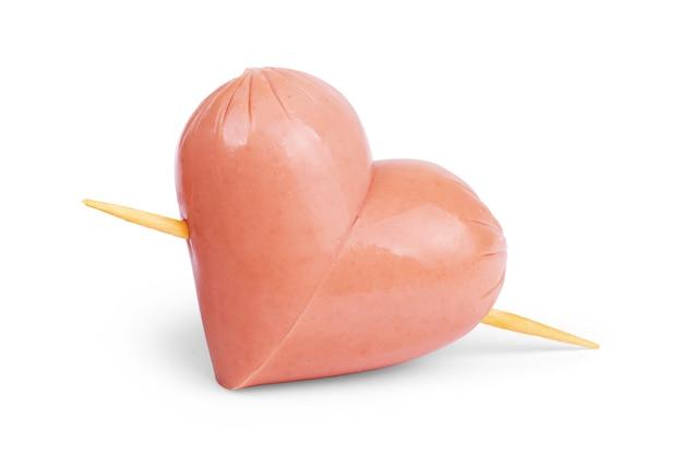 Salsicce che formano un cuore isolato su sfondo bianco