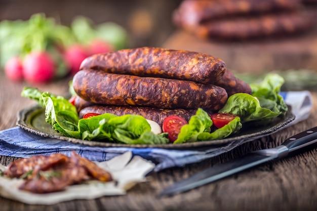 Salsicce. salsicce affumicate. salsicce di chorizo con spezie di rosmarino vegetale e utensili da cucina.