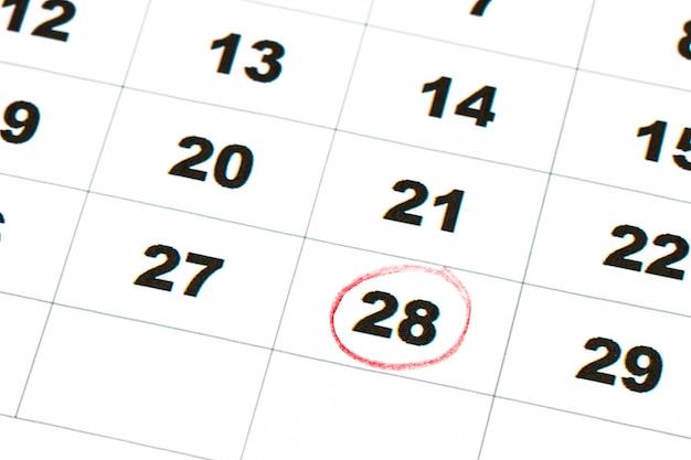 Salva la data scritta sul calendario - 28, cerchiata in pennarello rosso.