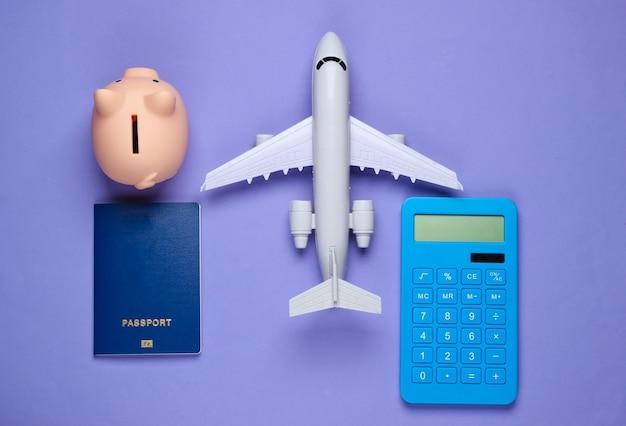 Risparmia per il viaggio o l'emigrazione. salvadanaio con passaporto, calcolatrice, aeroplano su viola.
