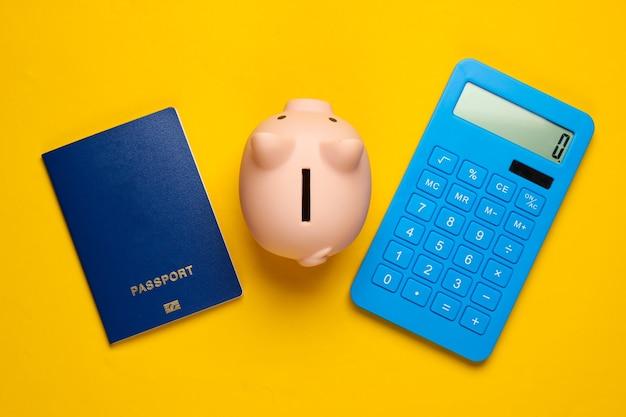 Risparmia per il viaggio o l'emigrazione. salvadanaio con passaporto, calcolatrice su giallo