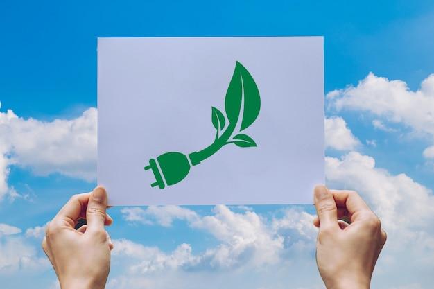 Salva la conservazione ambientale del concetto di ecologia mondiale con le mani che tengono la carta tagliata che mostra