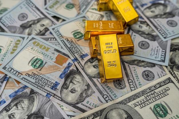 Risparmio di banconote da un dollaro concetto con lingotto d'oro