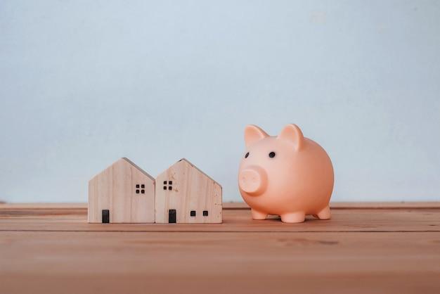 Risparmio di denaro per acquistare una casa e immobili, concetto di risparmio