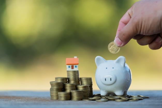 Risparmiare denaro da investire nell'acquisto di una casa o di un immobile in futuro. Foto Premium