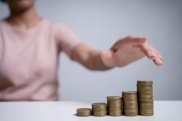 Risparmiare denaro per investire nel futuro e utilizzarlo in caso di emergenza