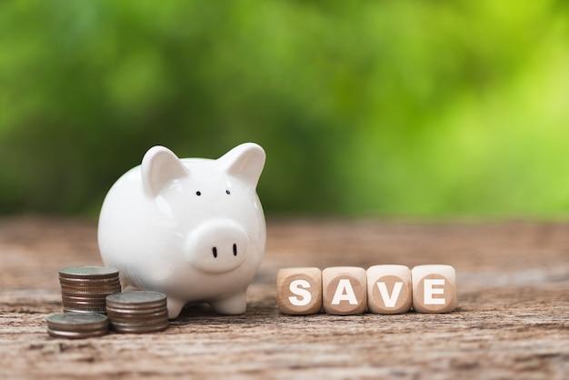 Risparmio di denaro concetto di investimento salvadanaio con sfondo verde bokeh
