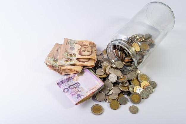 Risparmiare denaro, risparmiare denaro per il futuro prima della vita. e argento su sfondo bianco